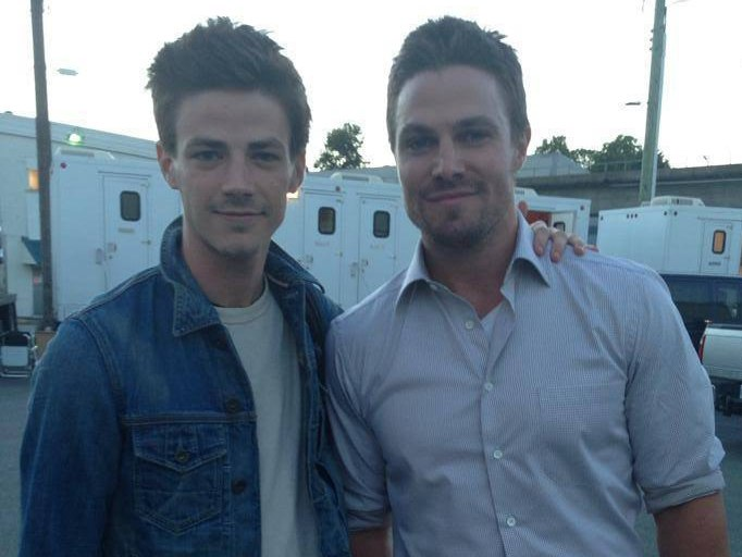 Grant Gustin e Stephen Amell, protagonistas de Flash e Arrow, respectivamente.