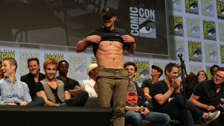 comic-con-2014-warner-bros-stephen-amell-abs