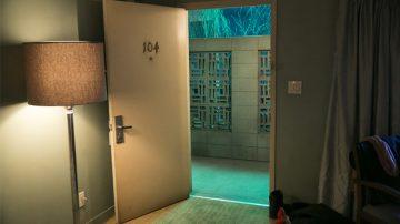 Room 104 01x01