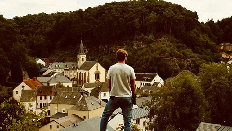 Luc Capitani, de Capitani, observa aldeia. 1.ª temporada.